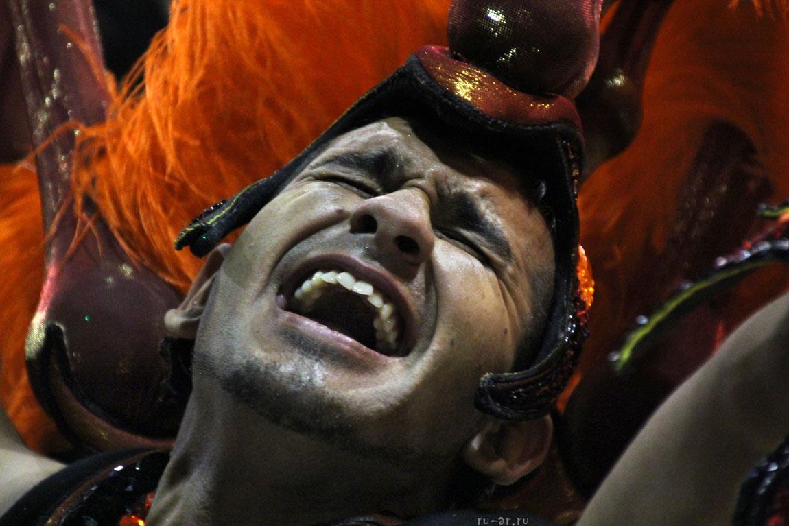 ogromnimi-brazilskiy-karnaval-nagishom